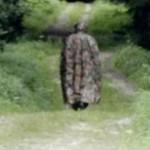 Un inconnu avec un masque à gaz hante une forêt en Gruyère